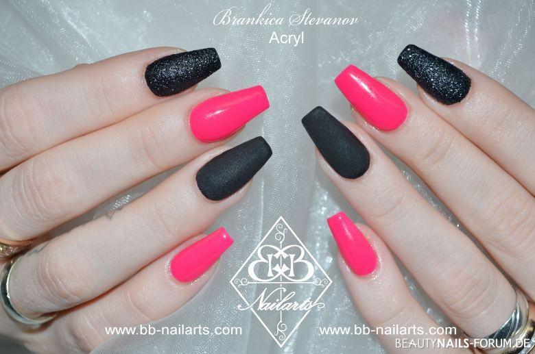 Auffälliges Nageldesign in Neon Pink & matt schwarz Acrylnägel