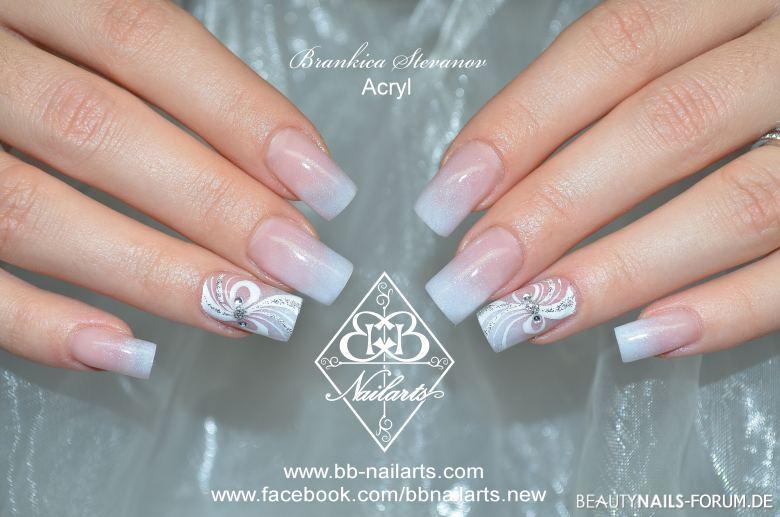 dezente Nägel mit weißen Linien und Steinen Acrylnägel