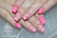 Nailart in Neon Pink mit Blumen und Steinchen Acrylnägel