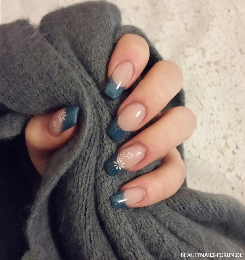 schlichte Frenchnägel in Blau mit Stamping Acrylnägel