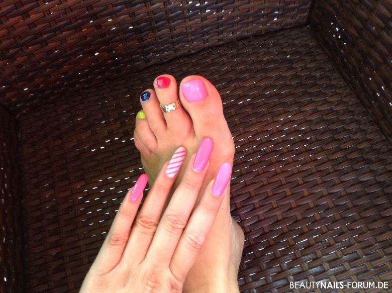 Bunte Fußnägel - Hand in neon pink / grau