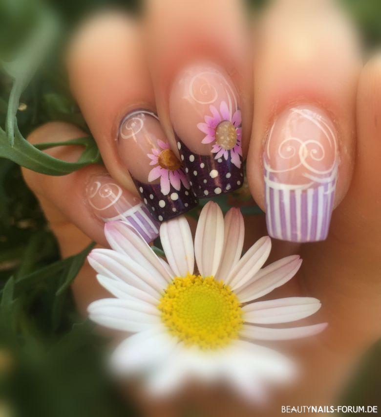 Frühlingshafte Blumen in lila Farben