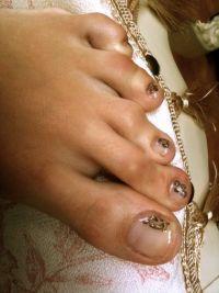 Fuß mit Blumen- und Fußabdrücke-Stamping und gold-glitter Füsse