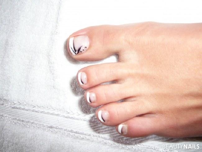 Meine Füße - 002 Füsse - GelFrench mit weißem lacknailart mit schwarzem lack liner Nailart