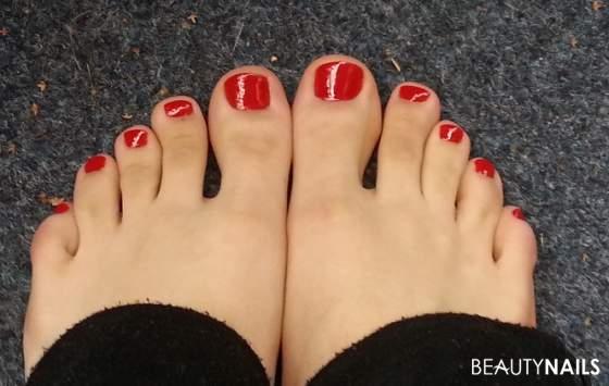 Roter Nagellack Fußnägel Füsse - Nagellack von OPI  - Füße im Freien mit Überlack Nailart