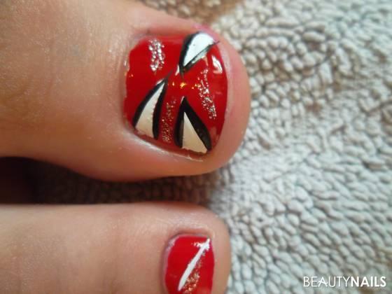 Roter Nagellack mal aufgepeppt Füsse - Roter Nagellack mit Streifen und Glitzer Nailart