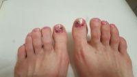 Schimmernde Fußnagel-Nailart mit Blumen Füsse