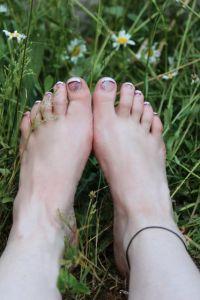 Weiß und lila Füsse