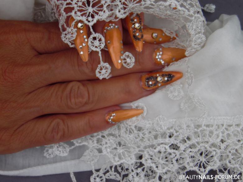 Chrome Nails in organgefarbenem Design mit Perlenkunst Gelnägel