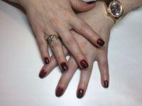 Dunkelrote Nägel mit schrägem French in schwarz Gelnägel