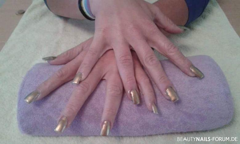 Fingernägel mit goldenem nagellack