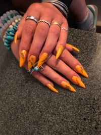 Fullcover in knalligem Orange - auffälliges Nageldesign Gelnägel