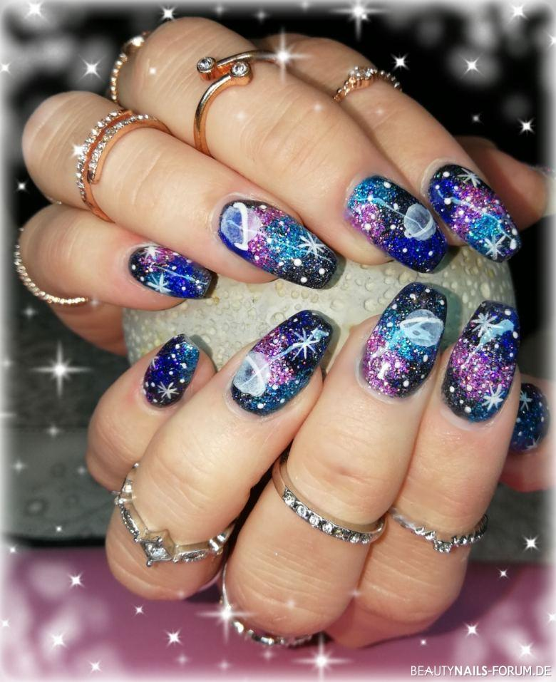 Galaxy Space Glitter Nägel mit Pinselmalerei Gelnägel lila blau - Modellage im Space Design, gearbeitet mit Galaxy Space Dust von Nailart