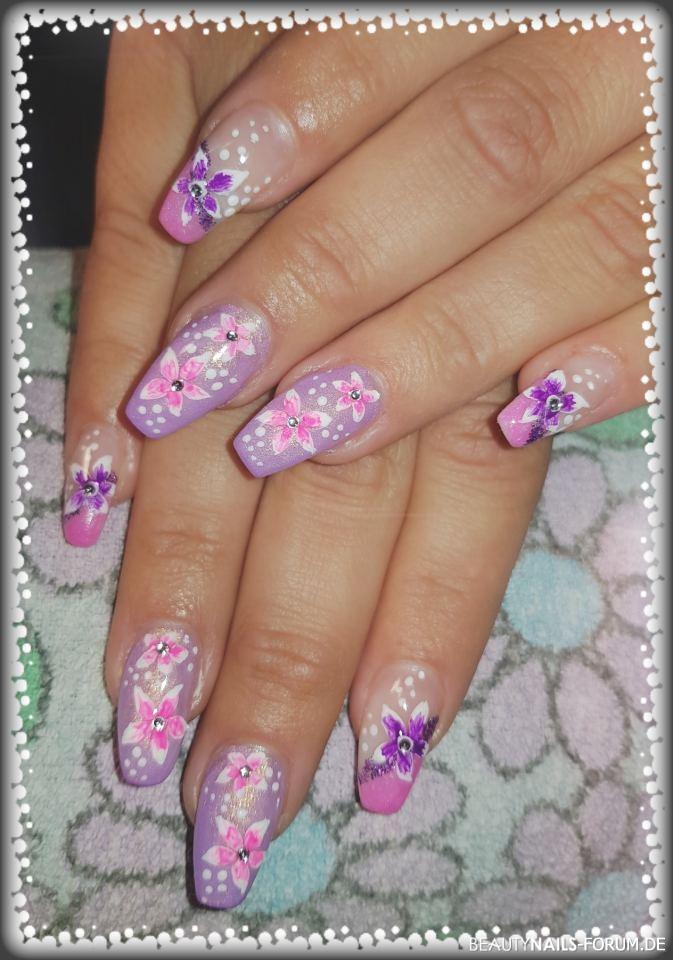 Gelmodellage Pink/Lila mit Blümchen Gelnägel pink lila - Gelmodellage in Pink und Lila mit gemalten Blumen. Erster Versuch Nailart