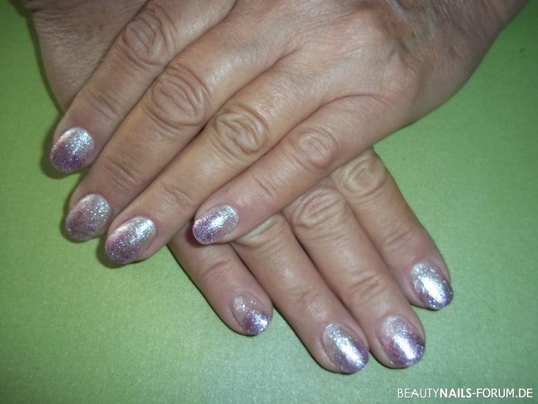 Gelnägel in rosasilbrig mit lila Glitter Gelnägel