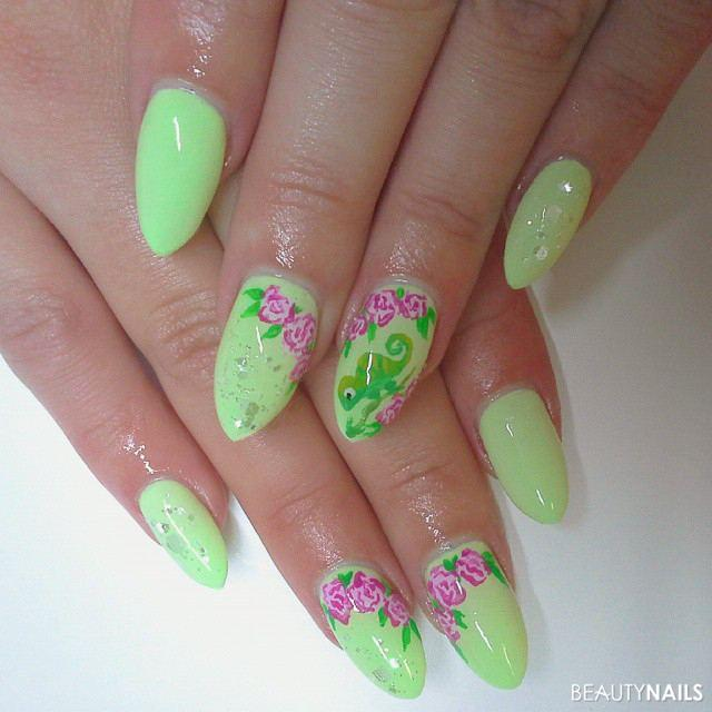 Grüne Nägel mit Rosen und Chamäleon Gelnägel