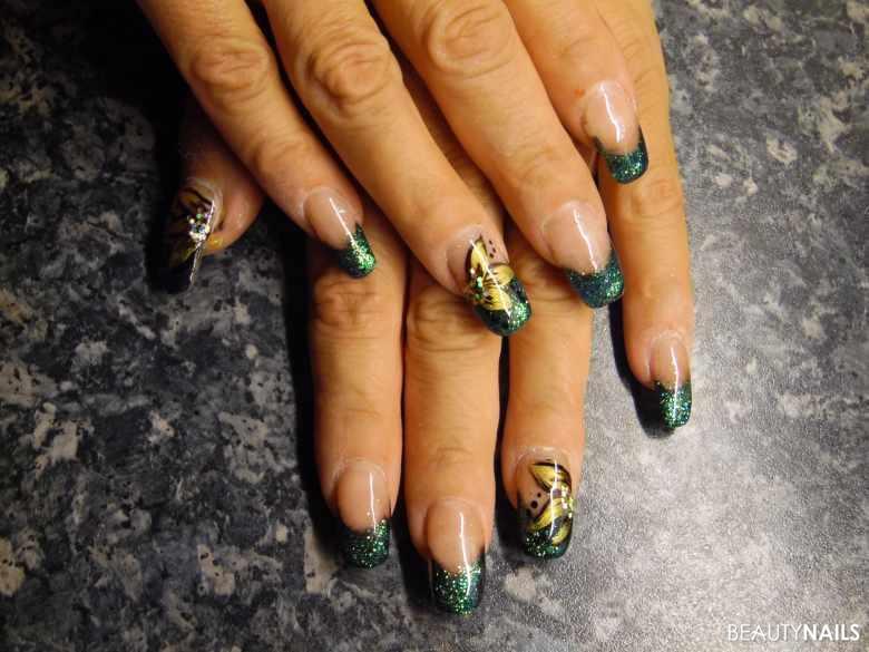 Grünes Glitterfrench mit Goldblume gemalt