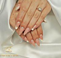Interessantes Wellendesign in nude mit Perlen Gelnägel