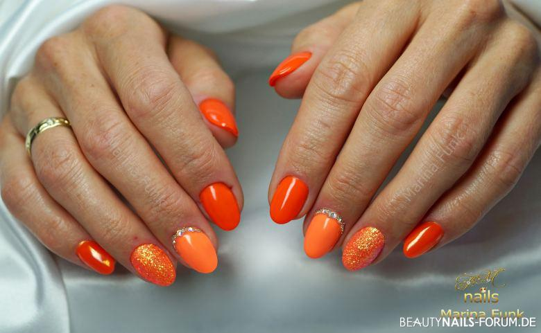 Knalliges Orange mit Glitzernagel Gelnägel orange - Gelnägel, Urlaubsnägel Nailart
