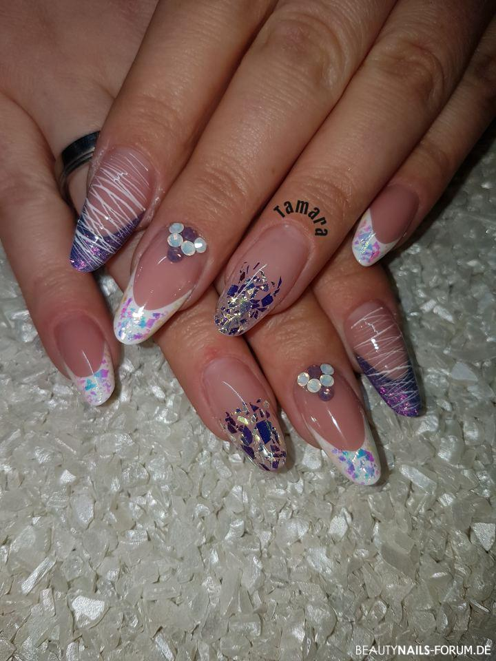 Kurze moderne Mandel mit Glitter Flakes und Spidergel Gelnägel lila weiss - Make up von Willa nails, Bilder white von Willa nails, farbgel Nailart