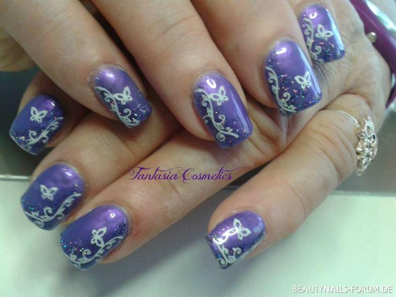 lila Nägel mit floralem Design und Schmetterlingen Gelnägel