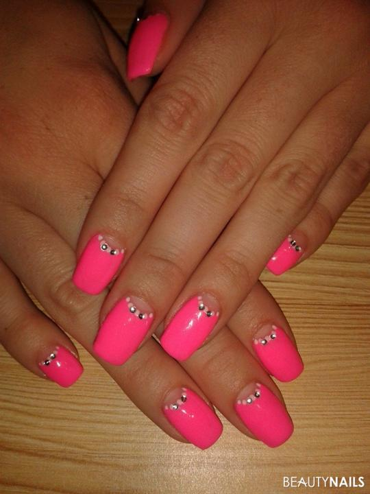 moon-manicure in pink