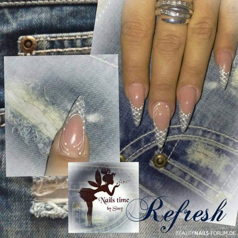 Nägel aufgefrischt mit weißen Linien und Silberglitzer Gelnägel
