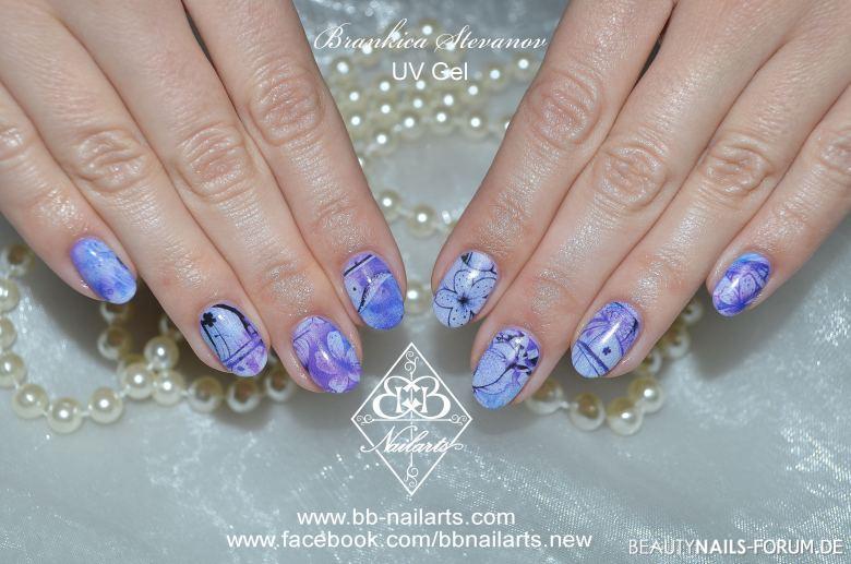 Nail Wraps in blau-lila mit Blumen Gelnägel
