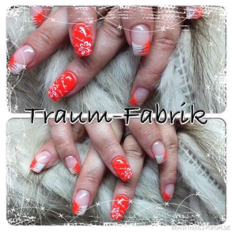Nailart in neon-orange mit weißen Blumen