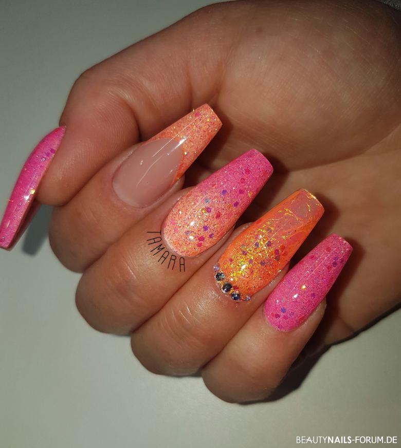 Neonnägel in orange und pink mit Glitter