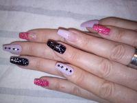 Nude und lila mit schwarz, neon pink und Glitzergel Gelnägel