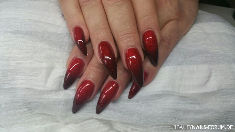 Rote spitze Nägel mit Farbverlauf zu dunkelrot Gelnägel
