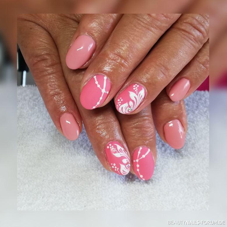 Schöne Nägel in Rosa mit Verzierungen Gelnägel