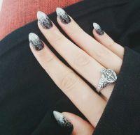 Schwarze Nägel mit silberfarbenem Glitzer Gelnägel