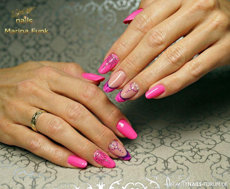 Tolle Nailart in pink mit Verzierungen und French Gelnägel