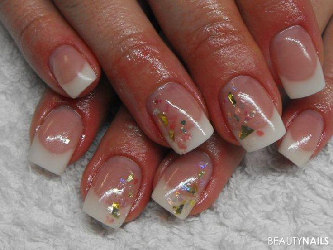 Weisses French mit bunten Glitterpartikel Gelnägel