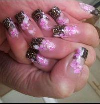 Zarte Airbrush Blumen mit schwarzem French Gelnägel