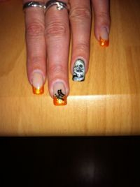"Frenchnägel in orange mit Glitzer/gemalte Puppe""Chuckys Halloween Nägel"