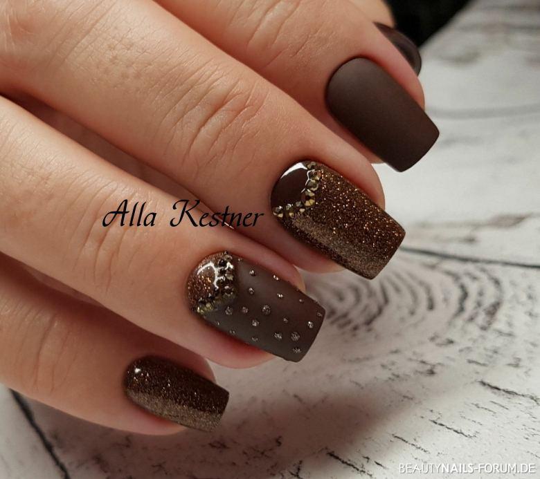 Braun in matt mit glitter und Strasssteinche. Herbst-Nägel