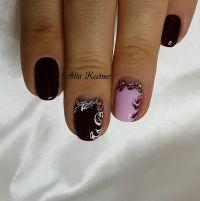 Elegante Nägel mit Schnörkeln und Strasssteinchen Herbst-Nägel