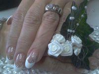 Acrylnägel mit Gel-French und Deko Hochzeitsnägel