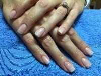 Hochzeitsnägel - dezentes Muster in weiß und Steinchen Hochzeitsnägel