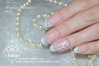 Zauberhafte Nägel für Hochzeit mit Glitzer und Blume Hochzeitsnägel