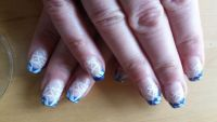 Abstraktes Nageldesign mit graphischem Muster Nageldesign