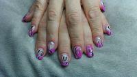 Acryl/Gelnägel in pink mit Schnörkel Nageldesign