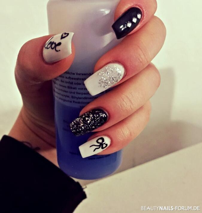 Acrylmodellage black and white Nageldesign