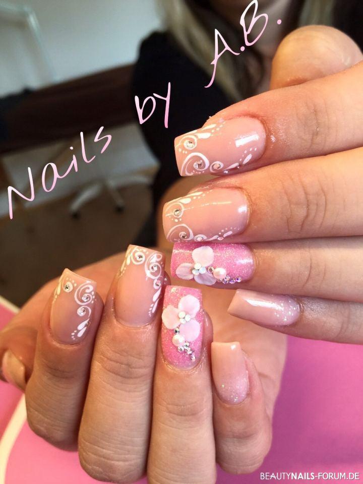 Acrylmodellage nude und rosa mit acrylblümchen Nageldesign