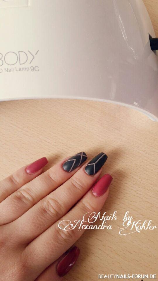 Acrylmodellage schwarz rot mit Mattversiegelung Nageldesign