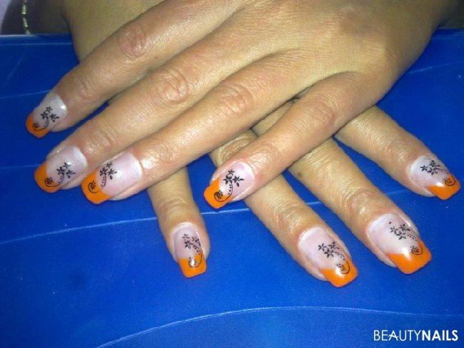Sting hab die spitze mit orangener acrylfar nailart nageldesign