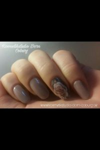Acrymodellage in braun mit Rosen-Wrap Nageldesign